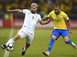 Dani Alves en el último duelo contra Argentina.