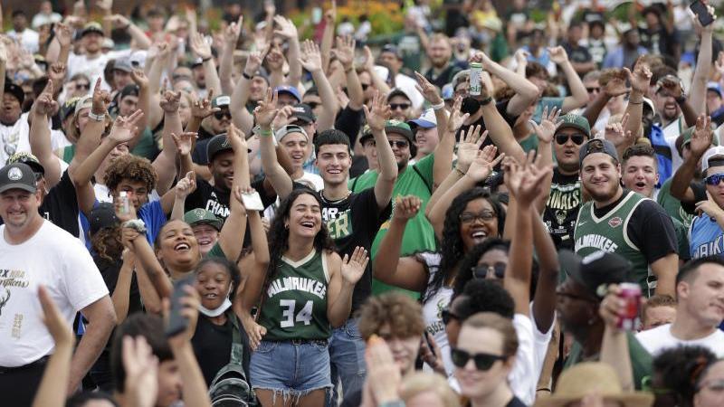 Fans der Milwaukee Bucks feiern den NBA-Titel