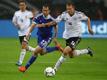 Omer Damari im Laufduell mit Holger Badstuber beim Länderspiel Israels gegen Deutschland