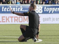 Scheidsrechter Danny Makkelie vraagt om een wissel tijdens het competitieduel SC Cambuur - Ajax. Voetbal.com Foto van de Week. (09-11-2014)