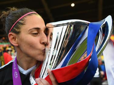 Vero Boquete besa el trofeo de la Champions femenina. (Foto: Getty)