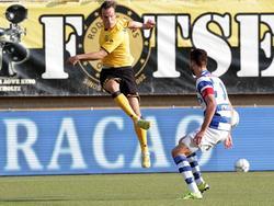 Anco Jansen (l.) en Robin Pröpper (r.) zoeken de bal tijdens het competitieduel Roda JC Kerkrade - De Graafschap. (22-08-2015)