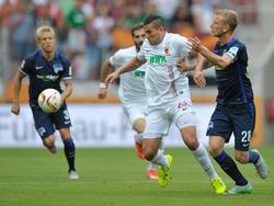 Raul Bobadilla lucha un cuero ante el Hertha de Berlín. (Foto: Getty)