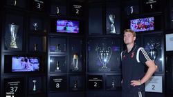 De Ligt contempla la sala de trofeos de la Juventus.