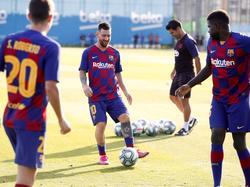 Messi toca el cuero en el entrenamiento de hoy.