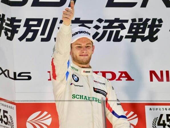 Marco Wittmann jubelt beim Dream-Race in Fuji als Zweiter auf dem Podium