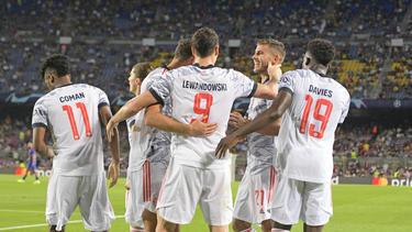 Robert Lewandowski (M.) wird erneut mit einem Abschied vom FC Bayern in Verbindung gebracht
