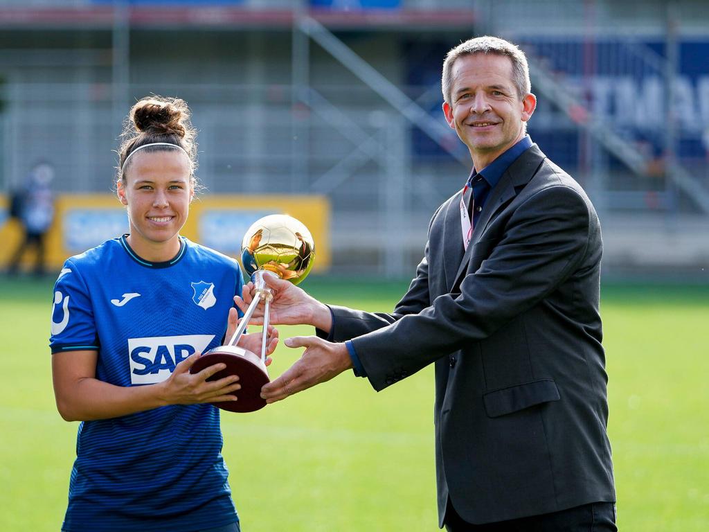 Nicole Billa bekommt ihren Pokal
