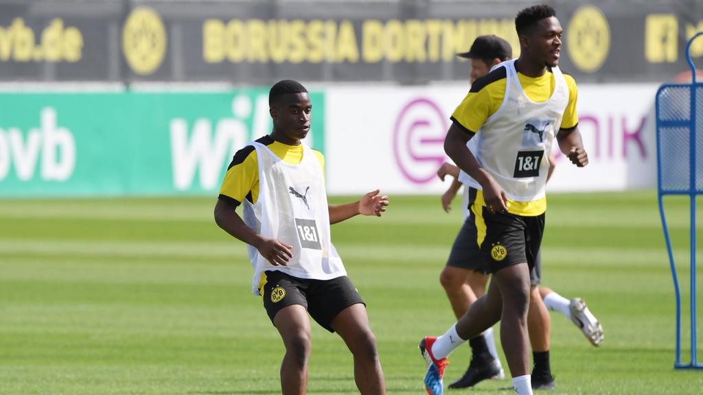 Youssoufa Moukoko (l.) durfte beim BVB erstmals neben Stars wie Dan-Axel Zagadou (r.) trainieren