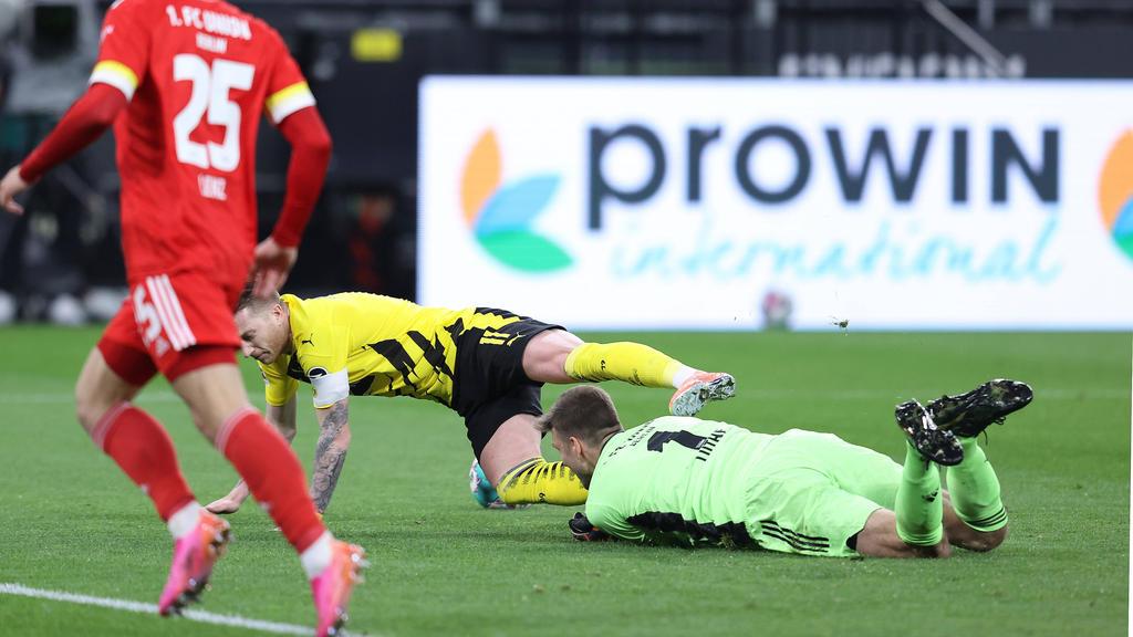 Eine entscheidende Szene im Spiel zwischen dem BVB und Union Berlin: Marco Reus fällt im Zweikampf mit Andreas Luthe