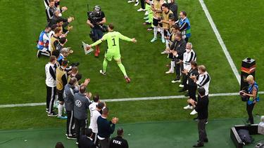 Manuel Neuer wird vom DFB-Team applaudiert