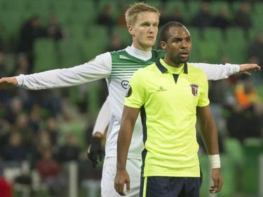 Kasper Larsen (l.) houdt Wilson Eduardo (r.) goed in de gaten tijdens de Europa League-wedstrijd FC Groningen - Sporting Braga. (10-12-2015)