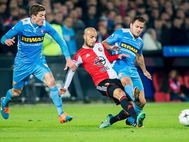Karim El Ahmadi (m.) moet Ricky van Haaren (r.) en Robin Gosens (l.) van zich afhouden tijdens Feyenoord - FC Dordrecht. (22-11-2014)