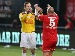 Sander Boschker (l.) stopt na het seizoen 2013/2014 als profvoetballer en krijgt een afscheidswedstrijd in het stadion van FC Twente. Hier wenst Andy van der Meyde hem succes. (20-05-2014)