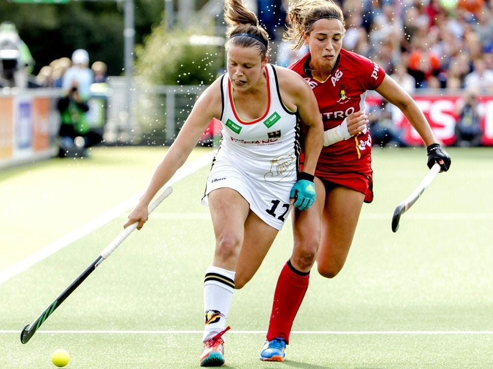 Charlotte Stapenhorst (l.) trifft gegen Belgien
