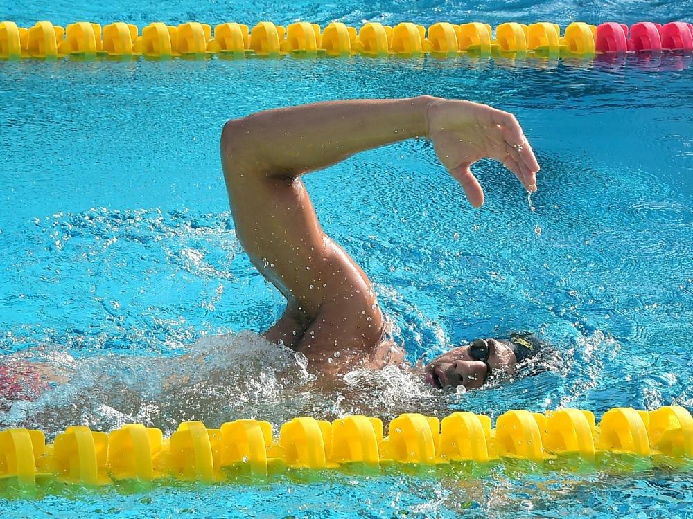 Die Schwimmer werden bei ihrer Vorbereitung begleitet
