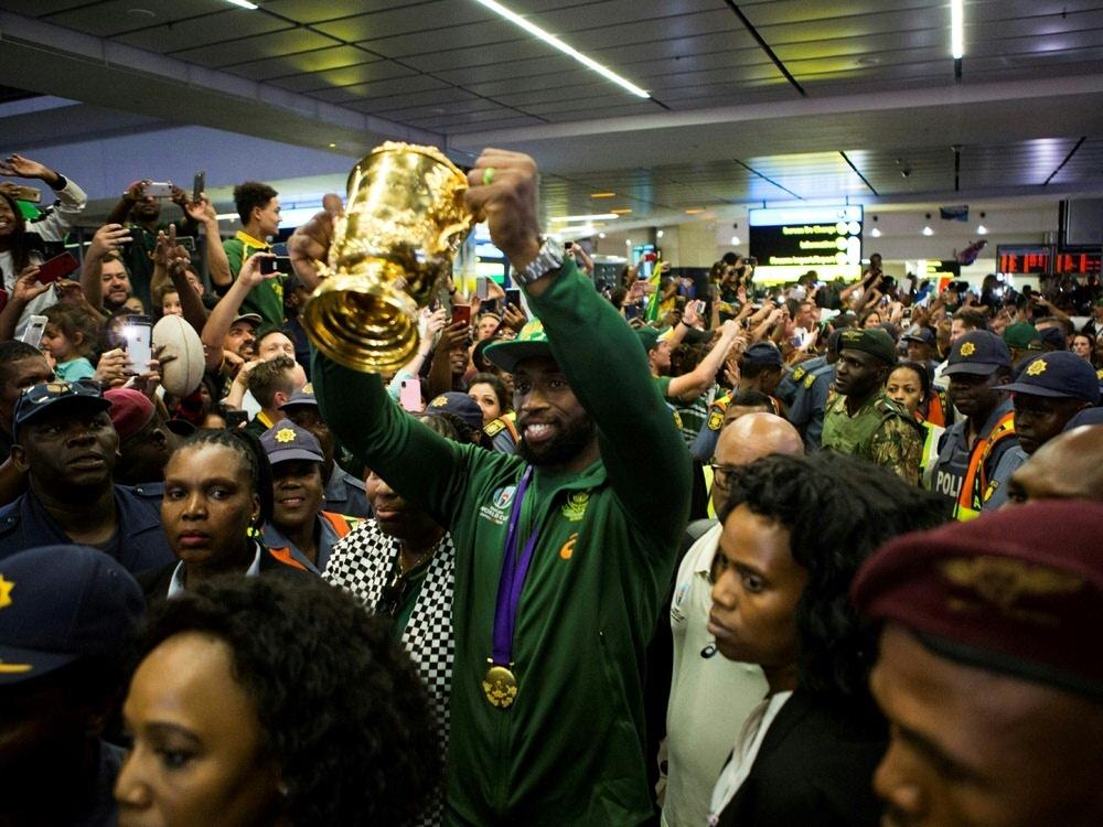 Fans empfangen Siya Kolisi und das Team am Flughafen