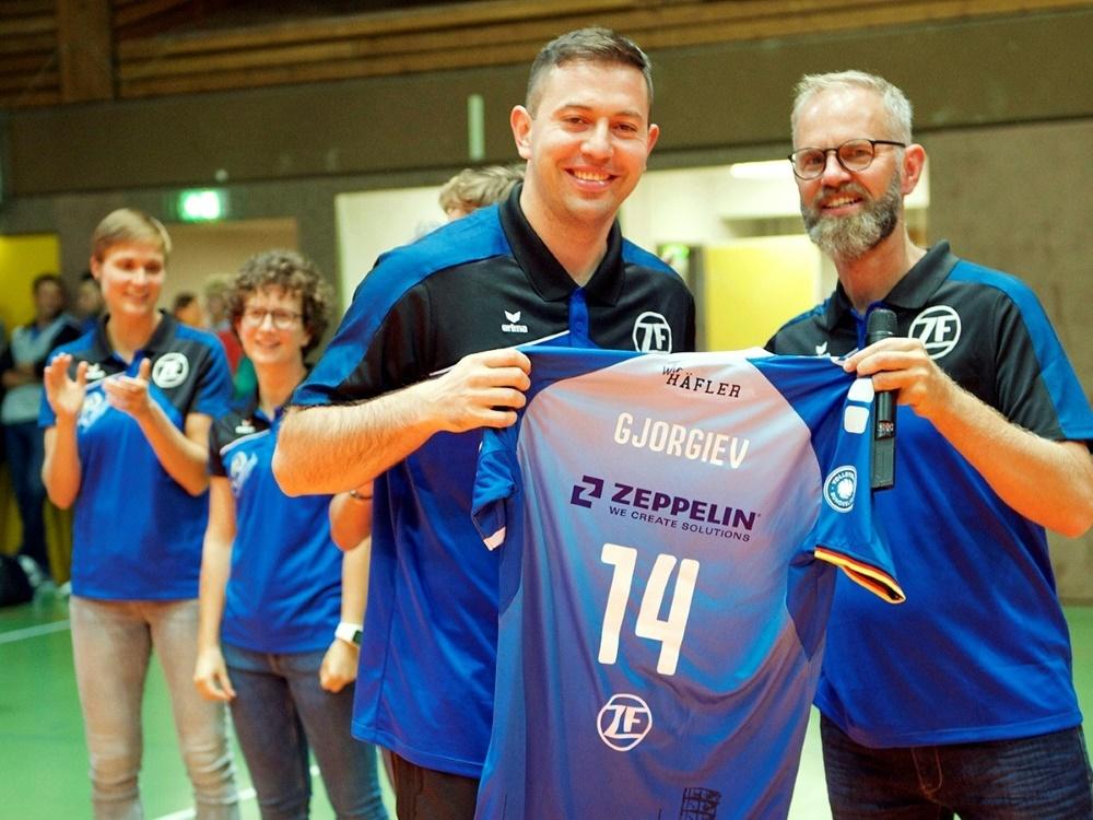 Mit acht Zugängen in die Saison: VfB-Trainer Warm (r.)