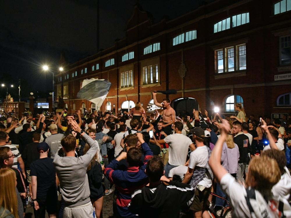 Nach dem Aufstieg haben die Fulham-Fans ohne Rücksicht auf geltende Coronaregeln gefeiert