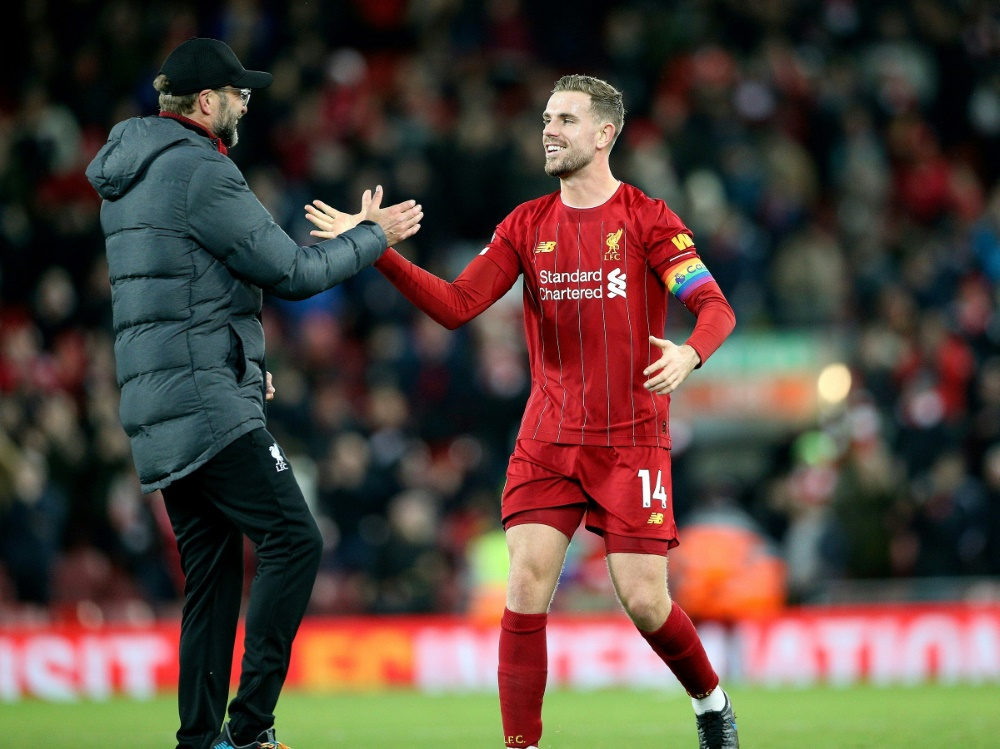 Liverpool-Kapitän Jordan Henderson (r.) mit Jürgen Klopp