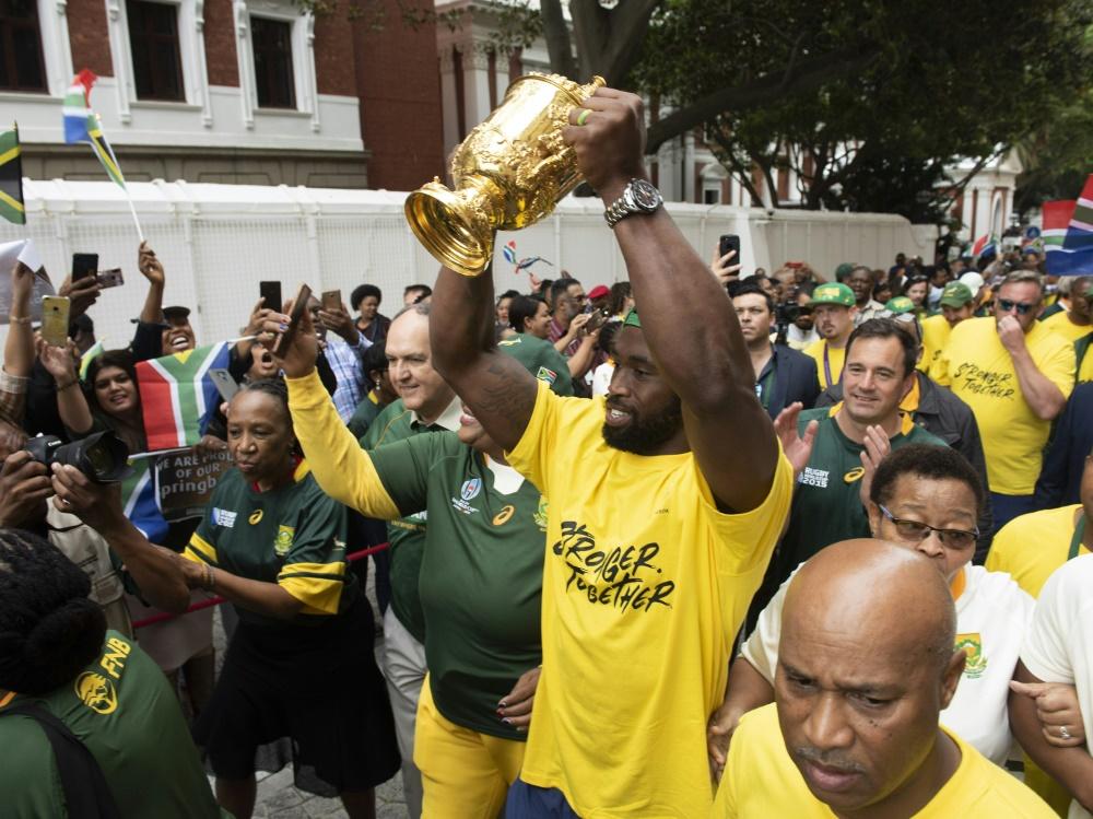 Siya Kolisi präsentiert in Kapstadt den WM-Pokal