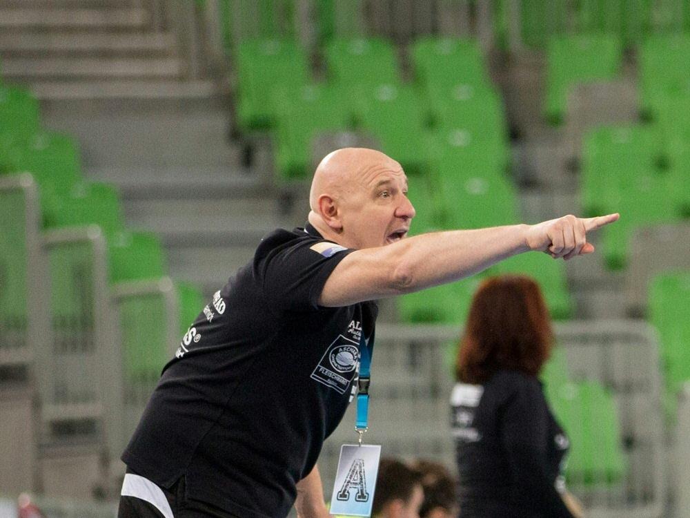 Herbert Müller feiert mit seinem Team den Pokalsieg