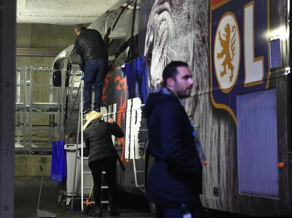Scheiben des Mannschaftsbusses von Lyon gingen zu Bruch