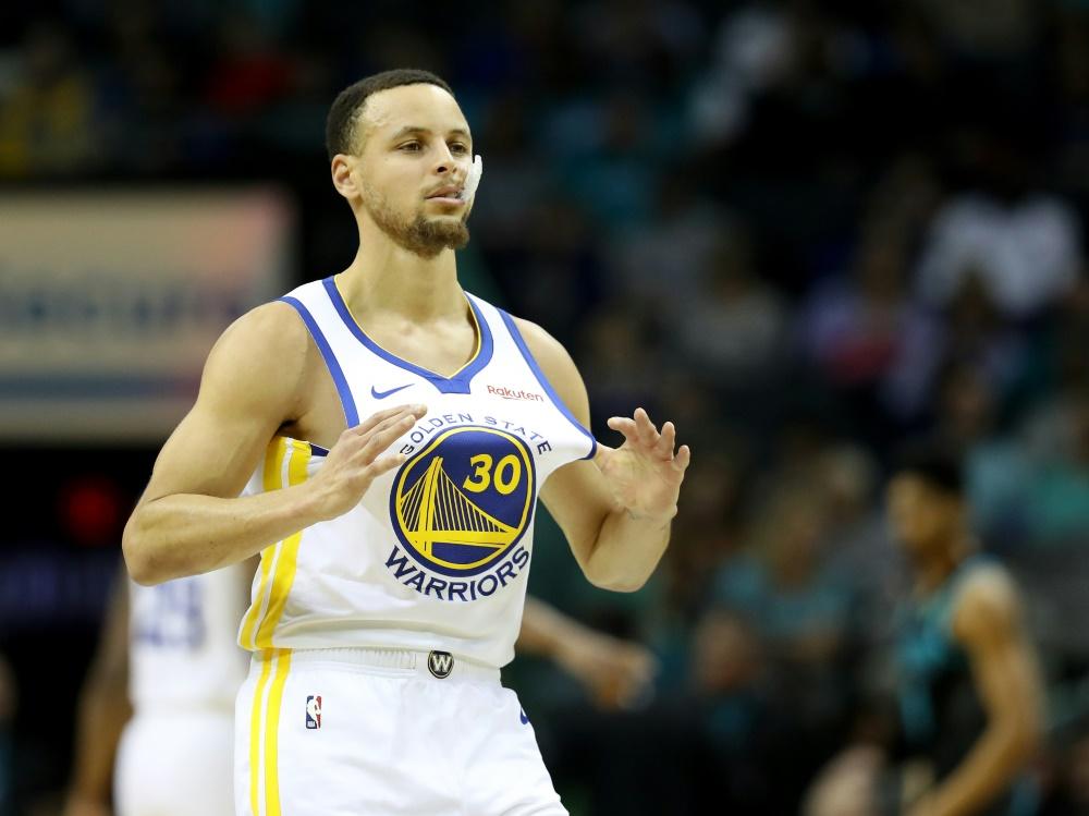 Curry verwandelt acht Dreier