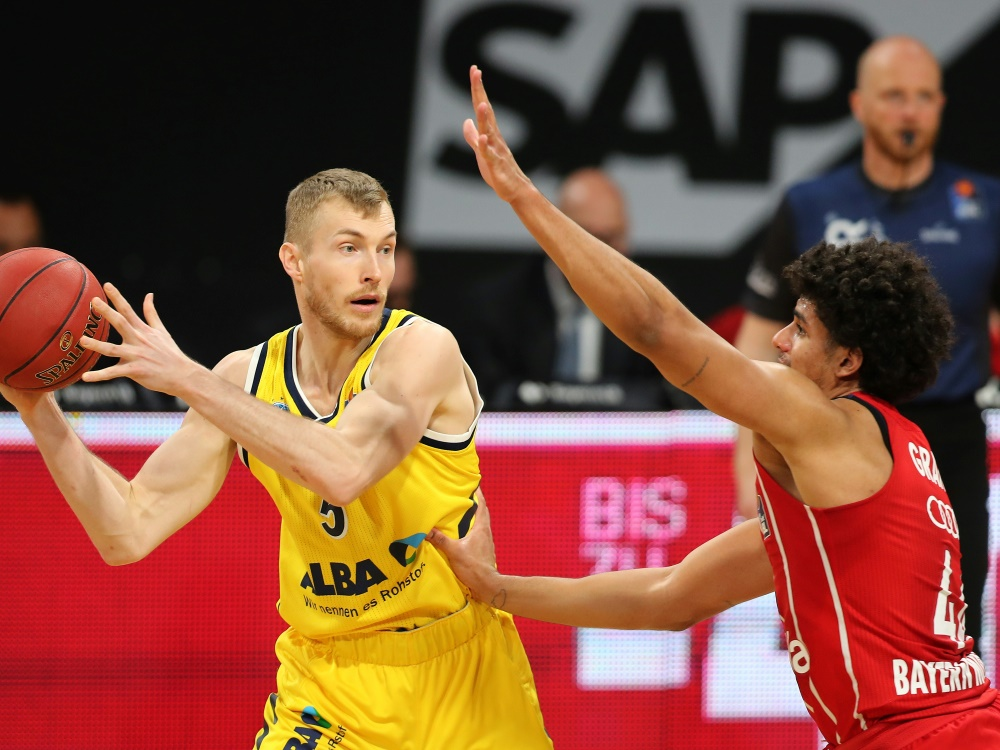 Niels Giffey (l.) verlässt Alba Berlin