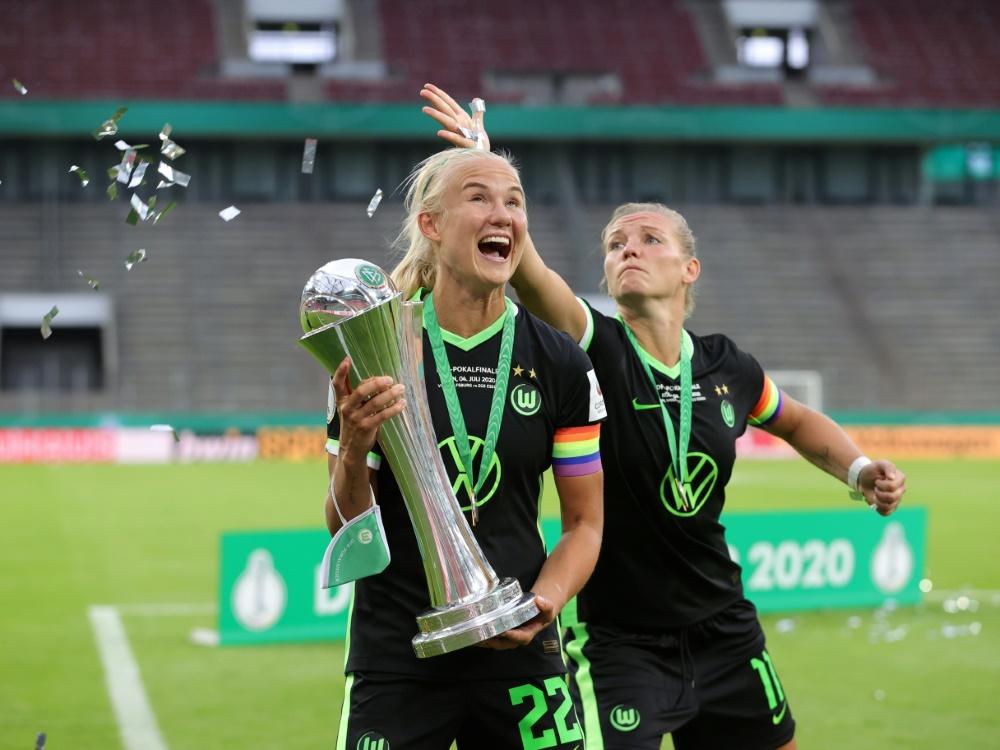 Pernille Harder (l.) bejubelt Wolfsburgs Pokalsieg