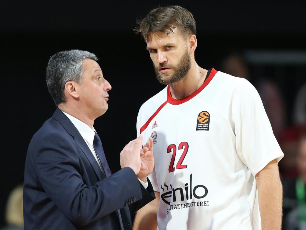 Bayern-Trainer Radonjic (l.) hadert mit der Niederlage