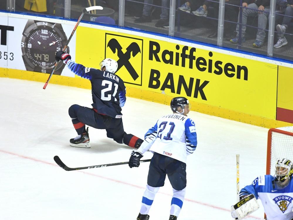 Dylan Larkin (l.) trifft zum Sieg über Finnland