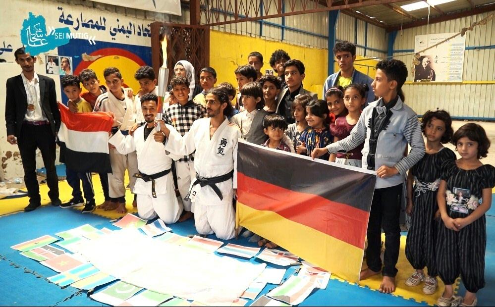 Nashwan mit Fackel und Deutschland-Fahne in der Hand