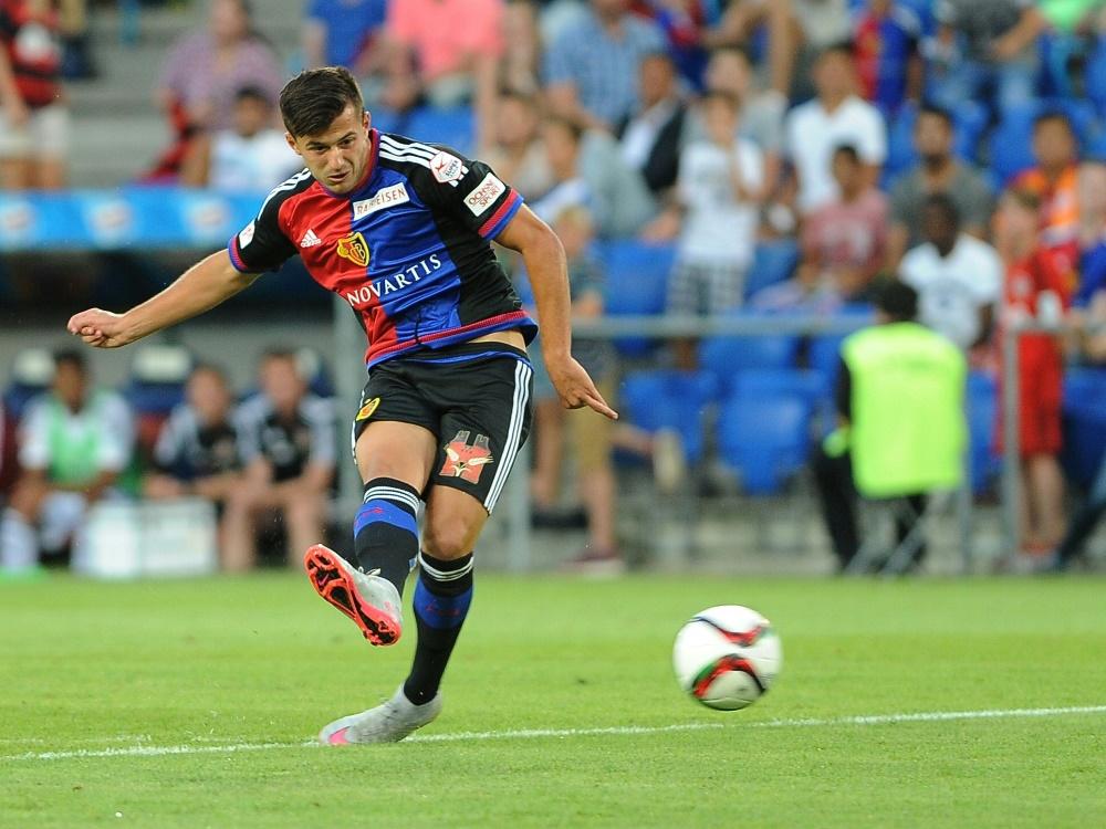 Albian Ajeti unterschreibt bis 2020 beim FC Augsburg