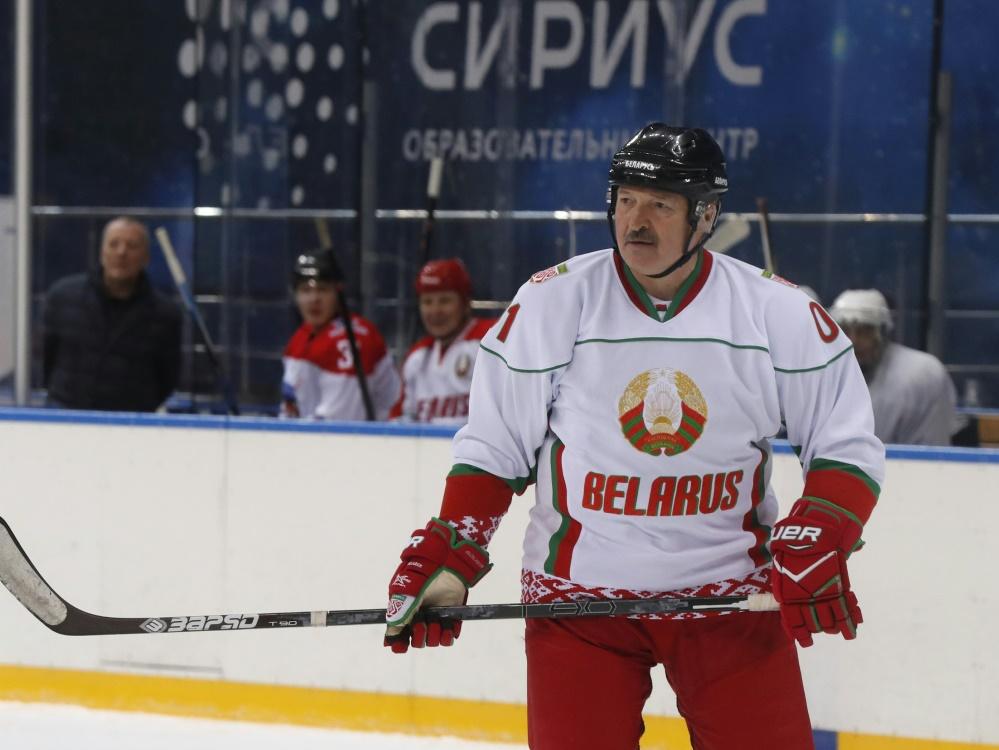 Staatspräsident Alexander Lukaschenko im Eishockey-Outfit
