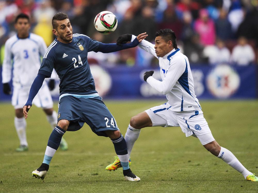 Argentinien (blau) schlägt El Salvador 2:0