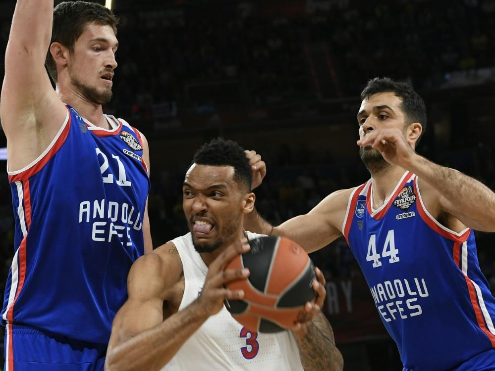 Tibor Pleiß (l) verlängert seinen Vertrag in Istanbul