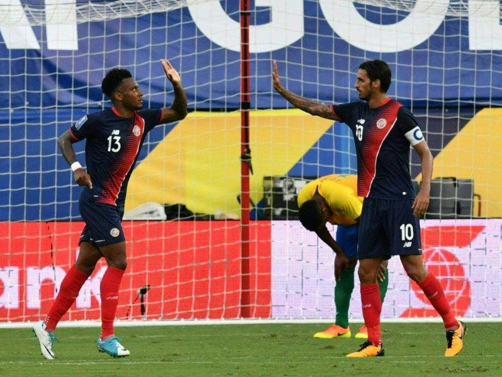 Rodney Wallace und Bryan Ruiz bejubeln den Aufstieg von Costa Rica