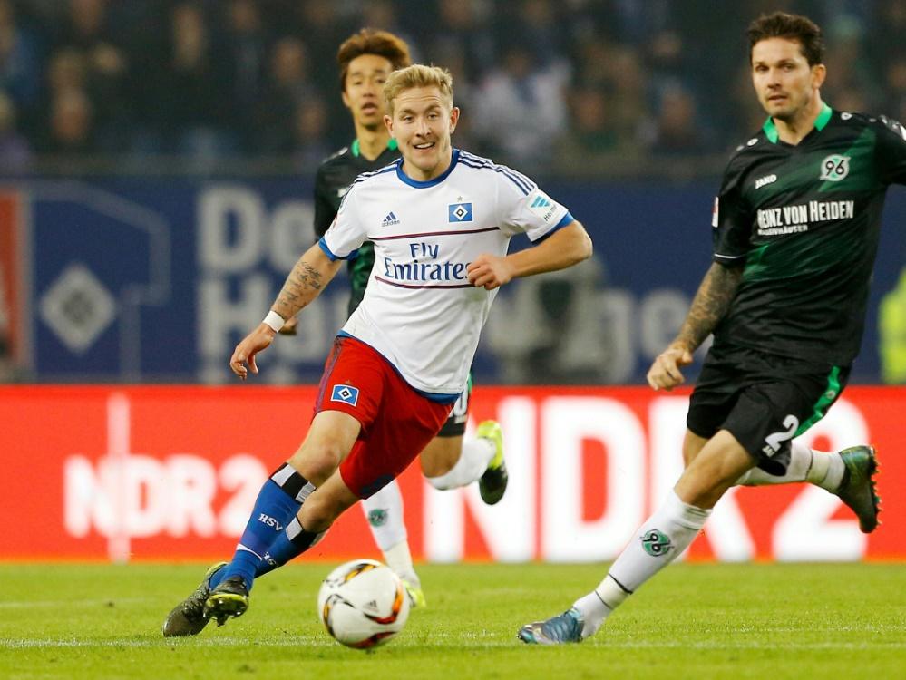 Lewis Holtby (M.) im Spiel gegen Hannover