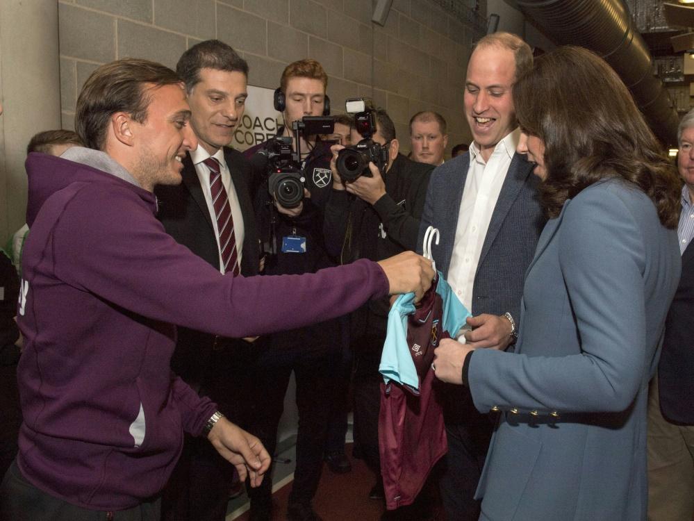 Prince William erhält Trikot von West Ham United