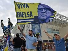 Leeds-Anhänger feiern die Mannschaft und Trainer Bielsa