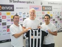 Jesper Verlaat (M.) unterschreibt bis 2020 in Sandhausen