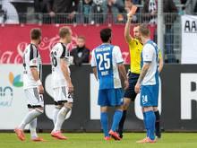 Arne Feick (2.v.l.) sieht gegen Bochum die Rote Karte