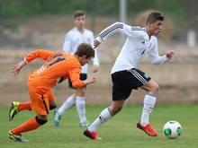 Gül (r.) unterschrieb langfristig beim VfL