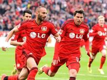 Ömer Toprak (l.) trifft für Bayer Leverkusen
