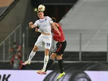 Mikkel Kaufmann springt zum Kopfball hoch