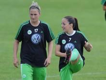 Laura Vetterlein (l.) bleibt beim VfL Wolfsburg