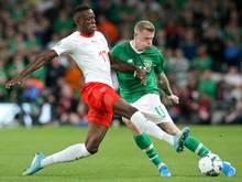 Zakaria (l.) holte mit der Schweiz einen Punkt in Irland