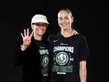 Die US-Sportstars Megan Rapinoe (l.) und Sue Bird