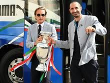 Italiens Trainer Roberto Mancini bedankt sich bei seinen Spielern